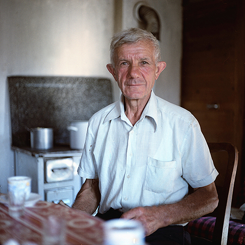 Taip mes susitikome su tėčiu Milošu, taip pasistatėme palapinę jo žemėje, taip ragavome vakarienei rūgpienį ir taip 7 valandą ryte buvome pakviesti išgerti kavos atsisveikinant. >>>