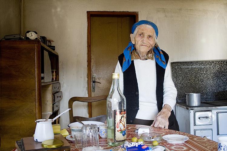 Milošas gyvena su savo devyniasdešimtmete mama. Kalbame gestų kalba ir regis puikiai vieni kitus suprantame. Mus palydi iki autobusų stotelės, duoda kelis dinarus kelionei ir pakviečia atvykti čia žiemą, kai pusnys būna iki kelių. Tuomet sustabdo pirmą pravažiuojantį automobilį – nereikės mokėti už kelionę, bet pinigų atgal nepriima – bus maistui. Pajudam. Milošas pamoja ranka.