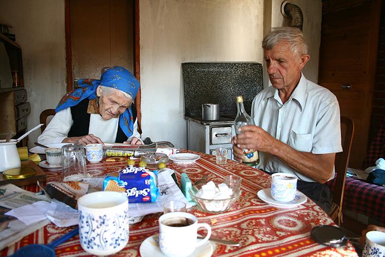 2012 vasarą keliaudami buvusios Jugoslavijos žemėmis panorome aplankyti dar mažai turistų paliestą Uvac upės kanjoną Serbijoje. Vakarėjo kai supratome, jog atsidūrėme ne ten. Kanjonas pasirodo yra tik maža dalelė dideliame rezervate. <br>Tuomet pro šalį pravažiavo mažasis Fiat ir sustojo. Išlipęs vyras pasiūlė pernakvoti jo tėčio sodyboje, o ryte keliauti toliau.&nbsp;&nbsp; &gt;&gt;&gt;