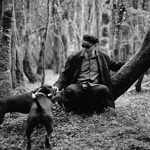 Važinėdami kartu po aplinkinius miestelius užsukome į vietą, kurią galima pavadinti Paslapčių mišku. Toje vietoje Styvas dažnai vedžioja savo šunis, nes joje gali pabūti vienas. Net retas šalia gyvenantis žmogus čia užsuka.&nbsp;&nbsp; &gt;&gt;&gt;<br><br>