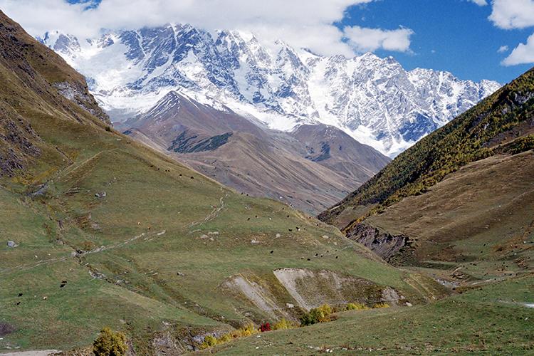 Vieta, kur keletas žmonių gyvena aukštai, apsupti kalnų grandinės baltojo Kaukazo. Kur karaliauja tyla, samanotos pievos, jose besiganančios avys ir daug dangaus. >>>